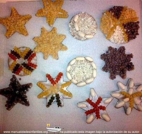 Adornos navideños con semillas y pasta: http://www.manualidadesinfantiles.org/adronos-navidenos-con-semillas-y-pasta/