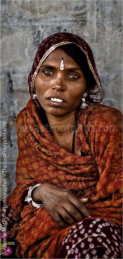 ツツツ By Alberto Mateo - Travel Photographer. Rajastani woman with jewels, Pushkar Camel Fair, Rajastan, India.