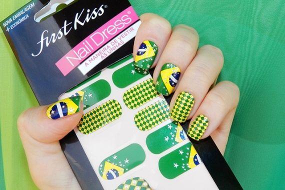 A Fisrt Kiss acaba de lançar o Nail Dress, um kit de adesivos para unhas. Inclusive um dos modelos é feito com a bandeira do Brasil.