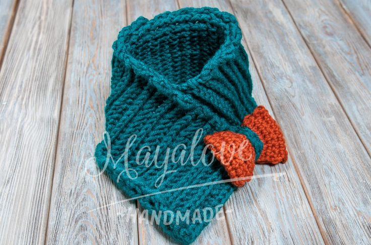 Green neck warmer with bow  made on crochet