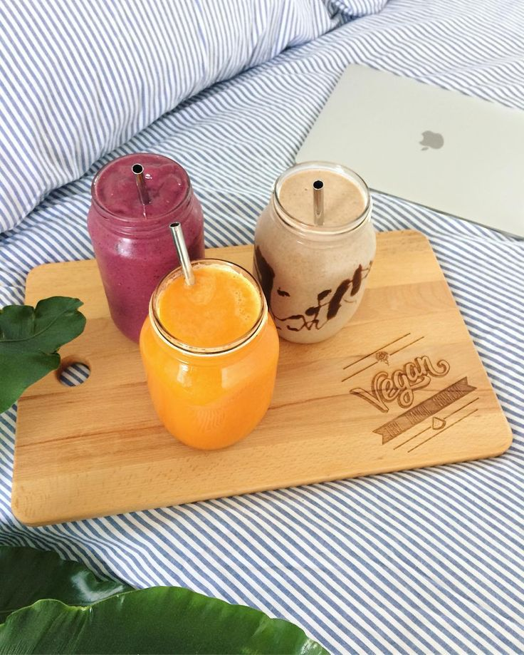 What to have for breakfast when you can't decide 🌱 Berry smoothie, chocolate banana smoothie and a grapefruit orange and carrot juice ✨ 👇🏼 Comment below which one you would choose  #smoothies #freshsqueezedjuice #vegan #lazysundays