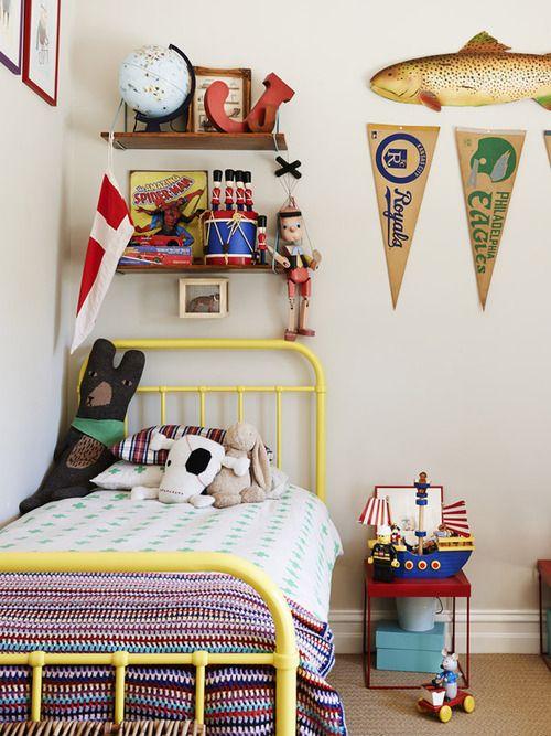 Un lit jaune pour une déco de chambre de jeune garçon.