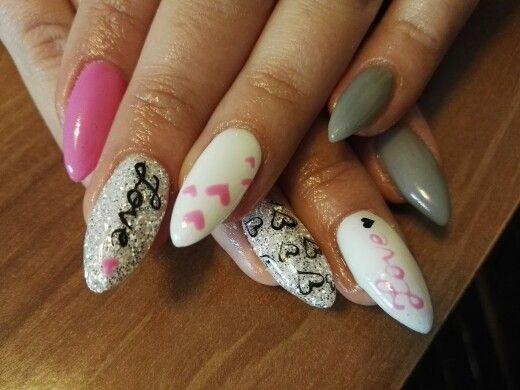Nail art San Valentino 2016 Grigio e rosa con cuori, glitter bianchi e scritta love