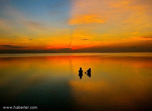 Ödüllü Seyahat Fotoğrafları  Günbatımında balık avlayan çocuklar – Endonezya – Kevin Ummel