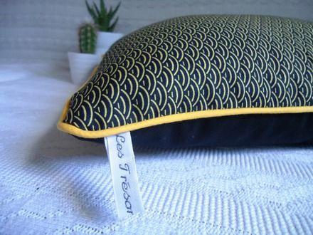 Housse de Coussin graphique, motifs vagues japonaises jaune moutarde sur fond noir, dos toile de coton noire (ameublement), passepoil jaune moutarde, fermeture à glissière.  Tis - 19376333