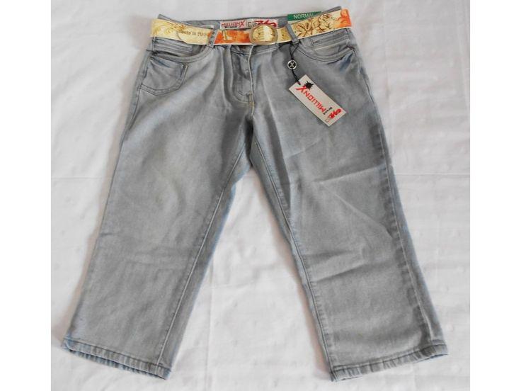 Kalhoty ke kolenům s páskem.