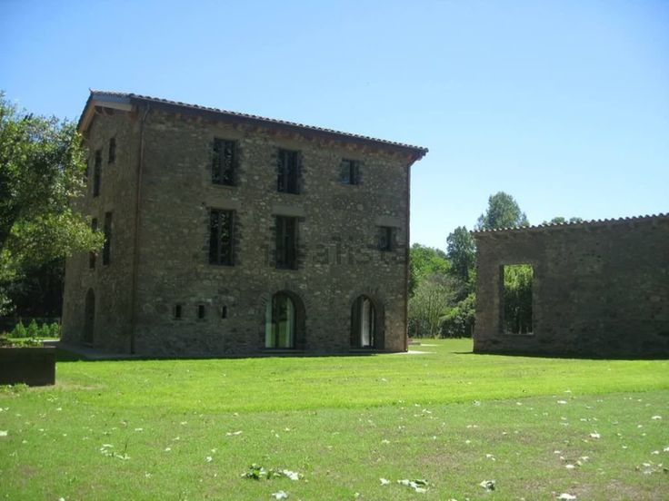Magnífica Masia en Olot #Girona    Masía totalmente restarurada, de 430m2 útiles en terreno de 28.000m2. Tiene 3 plantas, calefacción radiante, fosa séptica / depuradora, fuente de agua propia, placas solares. Acabados de alta calidad, piscina climatizada anexa    🔑 Eurofincas - (34) 93 476 49 69 | Roger de Lluria, 116 08037 – Barcelona     🔑 Eurofincas  St. Cugat – (34) 93 675 08 04  c. Sant Antoni, 52     www.eurofincas.es Ref : V1327    http://qoo.ly/dkd3w