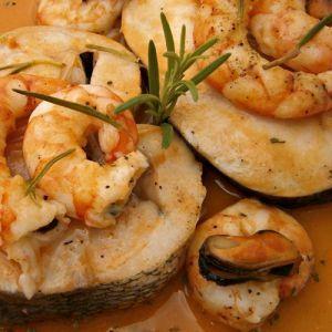 Merluza con salsa de Gambas | Recetas de pescado