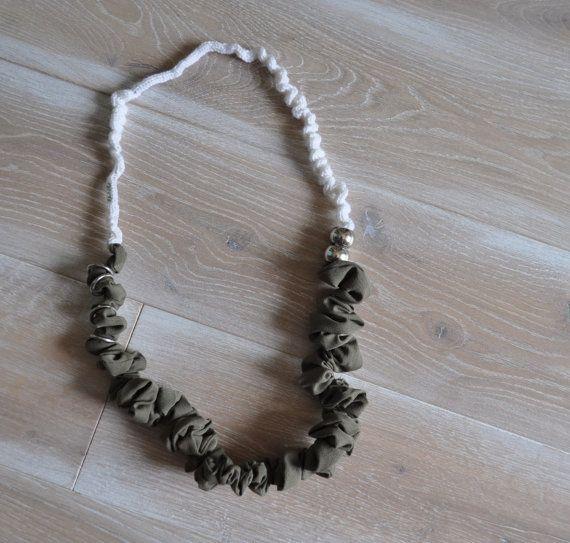 collana arricciata in stoffa di cotone verde di AlwaysLoveAffairs