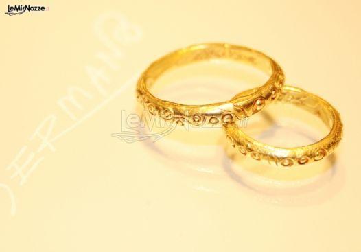 http://www.lemienozze.it/operatori-matrimonio/gioielli/germano/media/foto/2 Fedi nuziali classiche in oro giallo e intarsi.
