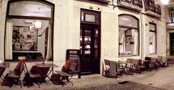 20 Motivos para dejarlo todo e irte a #Portugal   Via Condé Nast Traveler España   3/3/2014 La variedad de lugares que ofrece Portugal para visitar es algo indiscutible, sus ciudades nos brindan con hermosas playas,categrales y construcciones que nos hace quedar asombrados por su belleza. Te contamos los motivos para enamorarnos (aún más) y quedarnos en Portugal. #Portugal Photo: Kaffeehaus en Lisboa
