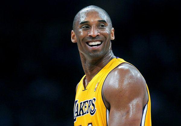 Elárverezték Kobe Bryant, az NBA-ben szereplő Los Angeles Lakers csapatának hat ereklyéjét, köztük két bajnoki gyűrűt. Az elárverezett ereklyék összesen 433.531 dollárért (mintegy 97,5 millió forint) találtak gazdát. A két gyűrű egyébként 174.184 dollárért (39,1 millió forint) és 108.153 dollárért (24,3 millió forint) kelt el. Az ügy pikantériája, hogy a gyűrűt édesapjának ajándékozta a Lakers [...]
