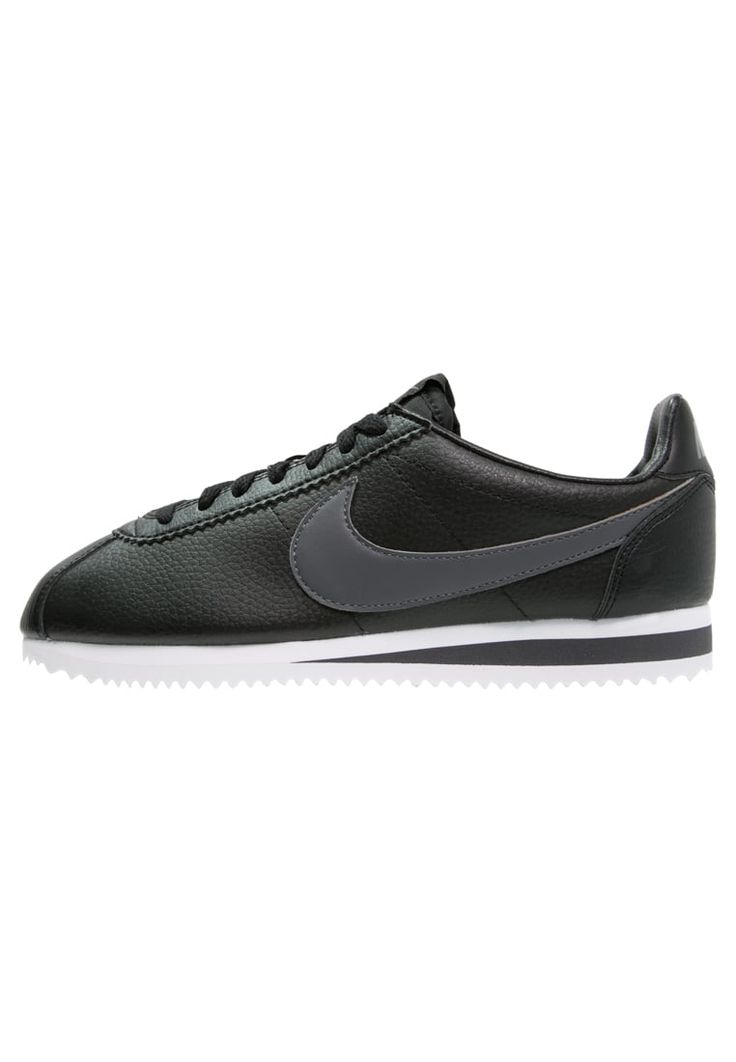 ¡Consigue este tipo de zapatillas básicas de Nike Sportswear ahora! Haz clic para ver los detalles. Envíos gratis a toda España. Nike Sportswear CLASSIC CORTEZ Zapatillas black/dark grey/white: Nike Sportswear CLASSIC CORTEZ Zapatillas black/dark grey/white Ofertas   | Material exterior: piel/piel de imitación, Material interior: cuero de imitación/tela, Suela: fibra sintética, Plantilla: tela | Ofertas ¡Haz tu pedido   y disfruta de gastos de enví-o gratuitos! (zapatillas básicas, ...