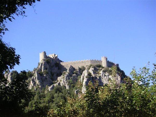 """"""" Puilaurens (ou Puylaurens) est l'un des plus impressionnants chateaux forts subsistant en Europe. Et cependant, il est peu connu, peu fréquenté, bien que son accès ne présente aucune dificulté. La promenade ne demande pas plus d'une demi-heure de marche, mais il est souhaitable de s'attarder pour admirer les vues impressionnantes qu'offrent le chateau au cours de la montée"""" Henry Paul Eydoux"""