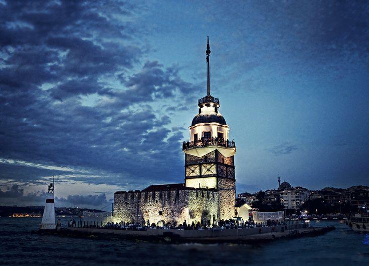 """Antik Çağ'da Arkla(küçük kale) ve Damialis (dana yavrusu) adları ile anılan kule, bir ara da """"Tour de Leandros"""" (Leandros'un kulesi) ismi ile ün yapmıştır. Şimdi ise Kız Kulesi ismi ile bütünleşmiş ve bu ismi ile anılmaktadır. #kizkulesi #istanbul #history"""