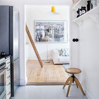 V tomto dvoupokojovém stockholmském bytě s obytnou plochou 69 metrů čtverečních včetně terasy bydlí dva milovníci umění a knih, což je na...