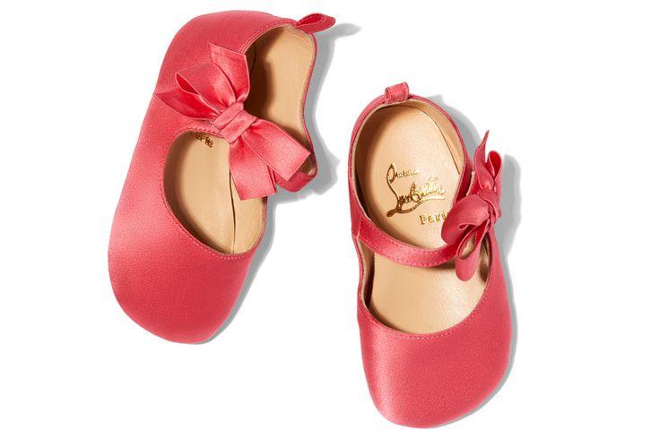 Laufen lernen auf die eleganteste Art: Der französische Schuhdesigner Christian Louboutin hat sich mit Schauspielerin/Lifestyle-Unternehmerin Gwyneth Paltrow zusammengetan und zauberhafte Schuhe für Babys entworfen. Die Ballerinas mit dem Namen Loubibabys sind aus pinkfarbenem, blauem und goldenem Satin und haben eine kleine Schleife an der Schnalle sowie – selbstverständlich! – die rote Sohle, für die das Pariser Schuhlabel berühmt ist.  Die Schuhe sind ab 16. November 2017 auf Gwyneth…