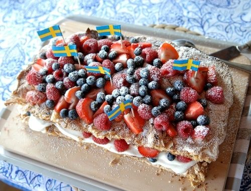 Marängtårta med jordgubbar, hallon och blåbär. En god och enkel tårta med hembakta maräng- och mandelbottnar som passar till midsommartårta, födelsedagstårta eller bara som sommartårta.