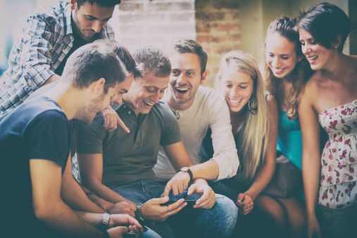 http://www.gettyimages.at/detail/foto/group-of-people-watching-a-sport-match-on-tablet-lizenzfreies-bild/474492907