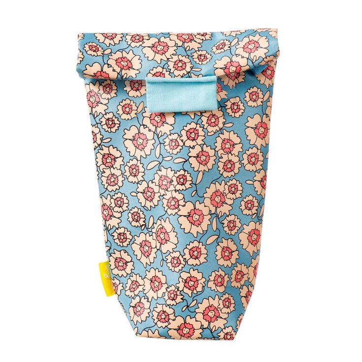 De Difrax Isoleertas met bloemen motief is bekleed met een speciale folie. Hierdoor is deze tas uitermate geschikt voor het warm en koel houden van de voeding in de S-fles. De fles- of borstvoeding in de babyfles blijft tot wel 3 uur op temperatuur.
