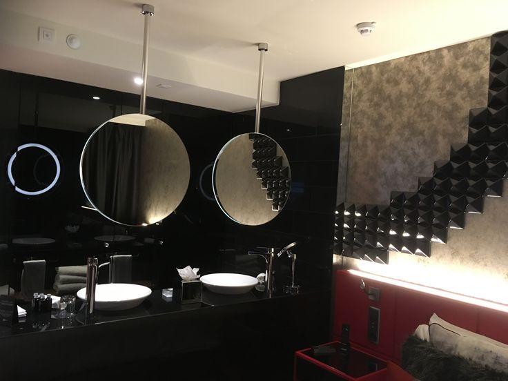 De gold kamer echte design kamer met gave waskommen en grote ronde spiegels