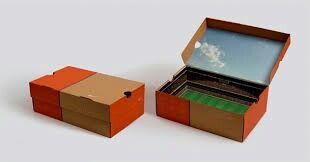 Salaisuusboxi. Luokassa kenkälaatikko, johon on tehty joku mallirakennelma. Luppoaikana oppilaat voivat rakentaa rakennelmaa.