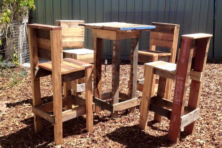 Questo set particolare per il giardino è costituito da una tabella di tipo bar rialzato e 4 sgabelli di uguale altezza. La sua originalità risiede nella composizione dei mobili, perché non solo cos…