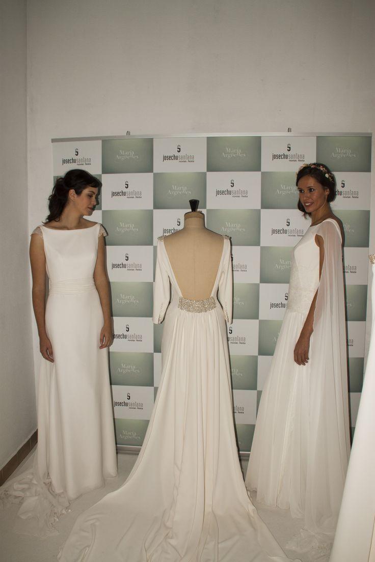 Modelos luciendo vestidos de la colección.