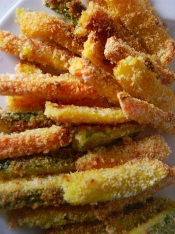 Bastoncini di verdura al forno -2 zucchine, 2 carote, 1 gambo di sedano, 2 uova, 1 peperone 6 fette di pancarrè, 2 cucchiai farina, 4 cucchiai olio, sale, pepe Pulire tutte le verdure, lavarle, asciugarle e tagliarle in bastoncini più o meno uguali. Lessare le carote, dopo 2 minuti aggiungere il peperone e il sedano e dopo altri 2 minuti le zucchine.