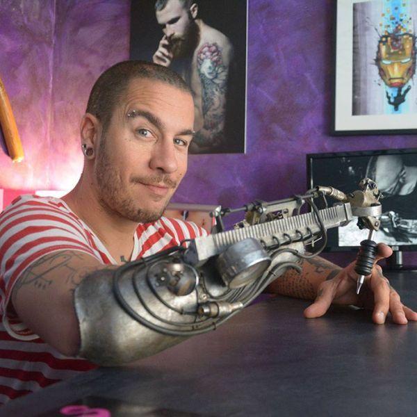#интересное  Тату-мастер получил протез со встроенной тату-машинкой (3 фото)   Французский художник и тату-мастер ДжейСи Шейтан Тенет (JC Sheitan Tenet), лишившийся правой руки 22 года назад, получил возможность продолжать заниматься любимым делом при помощи специальног