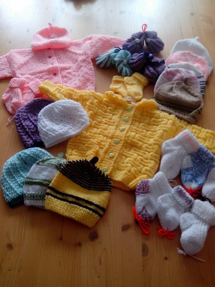 Vytvořené oblečky pro předčasně narozená miminka v novojičínské porodnici
