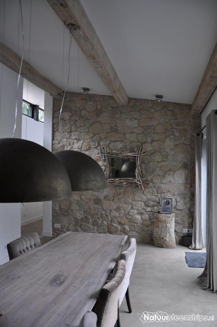 Landelijk, modern en mediterraans. De eetkamer van Rene en zoon Jesse. Steenstrips Botticino.