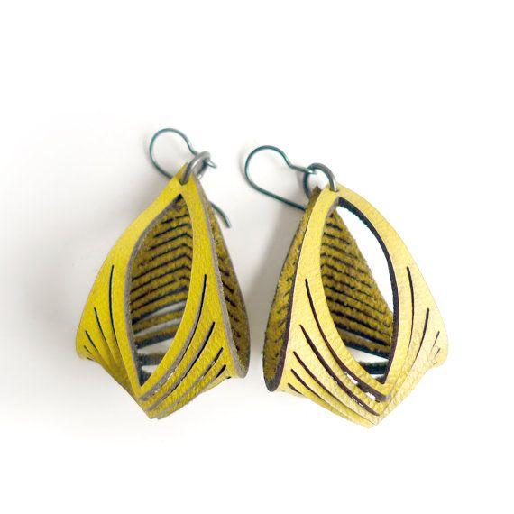 Pendientes de cuero Eyedazzler en amarillo