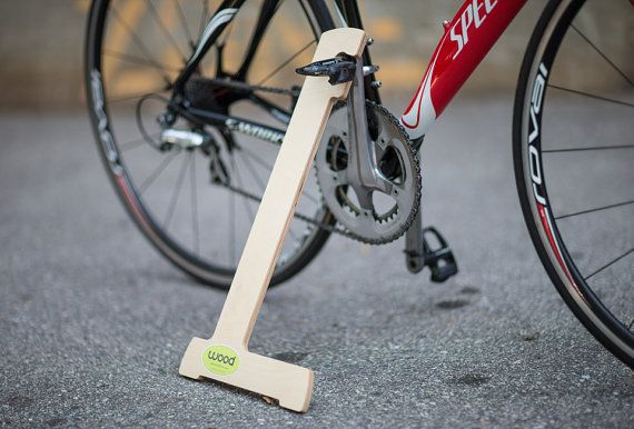 ¿Cansado de inclinarse su bicicleta de lujo en su coche de lujo, o contra la pared en su garaje? Esta es tu solución.  Hecho de madera contrachapada de 12mm de abedul Báltico importado, recubierta de claro, venta de bicicletas madera, mecanizados de CNC, con la etiqueta Madera.  Funciona con la mayoría de los clips pedales (no funciona con más pedales de tipo plataforma), funciona en cualquier bicicleta de tamaño adulto. Funciona especialmente bien con hermano manivela Shimano, Exustar…