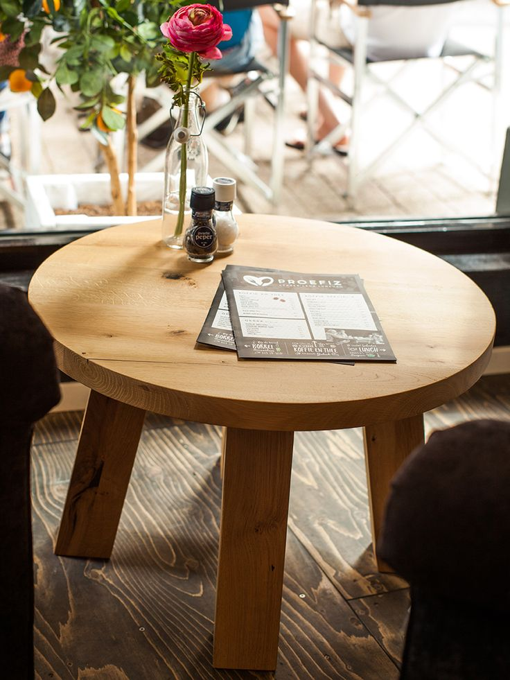 Dit tafeltje is gemaakt van robuust eikenhout.