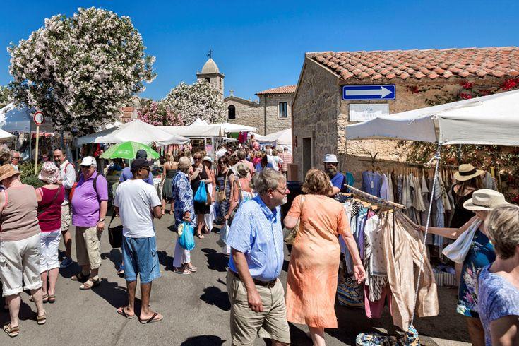 Ogni giovedì mattina a San Pantaleo va in scena il mercato settimanale più famoso della Costa Smeralda, il luogo perfetto dove comprare i souvenir più belli della Sardegna.</