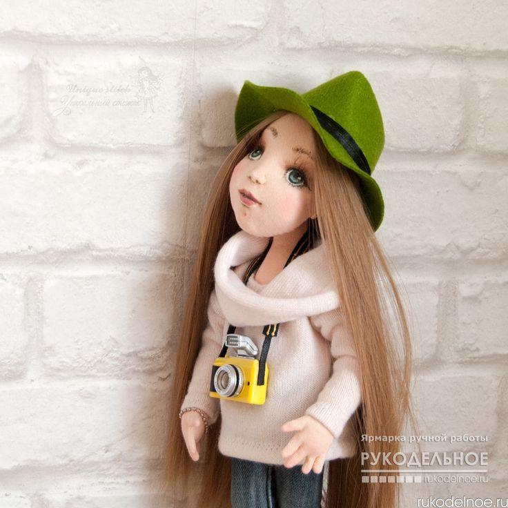 Весна... Вы заметили ее приход? Нежная текстильная кукла Бетси от автора Иванова Лилия. Кукла выполнена из хлопковой ткани и трикотажного полотна. Ручки и ножки на проволочном каркасе, сгибаются, пальчики тоже сгибаются. Голова поворачивается и немного наклоняется. Лицо выполнено в технике скульптурный текстиль, объемное. Кукла стоит с опорой, сидит самостоятельно. Крепление рук и ножек - пуговичное. Волосы - трессы для кукол. Модные ботиночки челси выполнены из натуральной кожи…