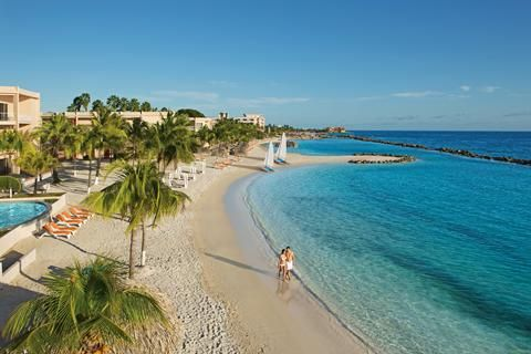 Sunscape Curaçao Resort Spa & Casino  It's a pleasure for me! Het motto van Sunscape Curaçao Resort Spa & Casino. En dat merk je bij het enige All Inclusive resort op Curaçao. Een Bon Bini cocktail? Snackje erbij? Aan dit hagelwitte privé zandstrand legt het vriendelijke personeel je de hele dag in de watten. En als je geen rust hebt om de hele dag op een loungebed te liggen hoef je je met Unlimited-Fun geen moment te vervelen. Een klimmuur filmpje op het strand de kids- en teenclub: de All…