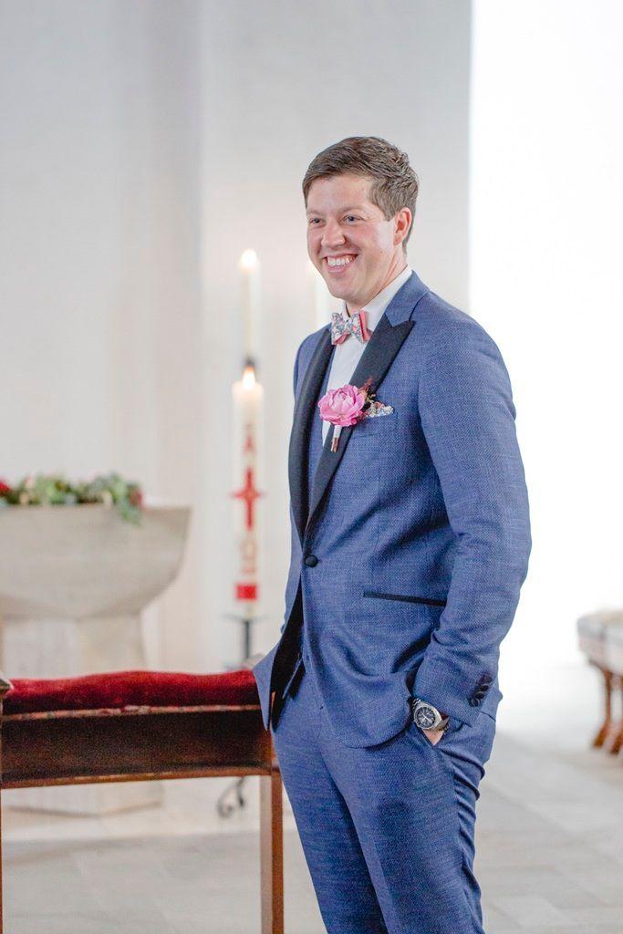 Hochzeitsfoto Vom Ersten Blick In Der Kirche Blauer Anzug Brautigam Brautigam Anzug Blau Brautigam Anzug