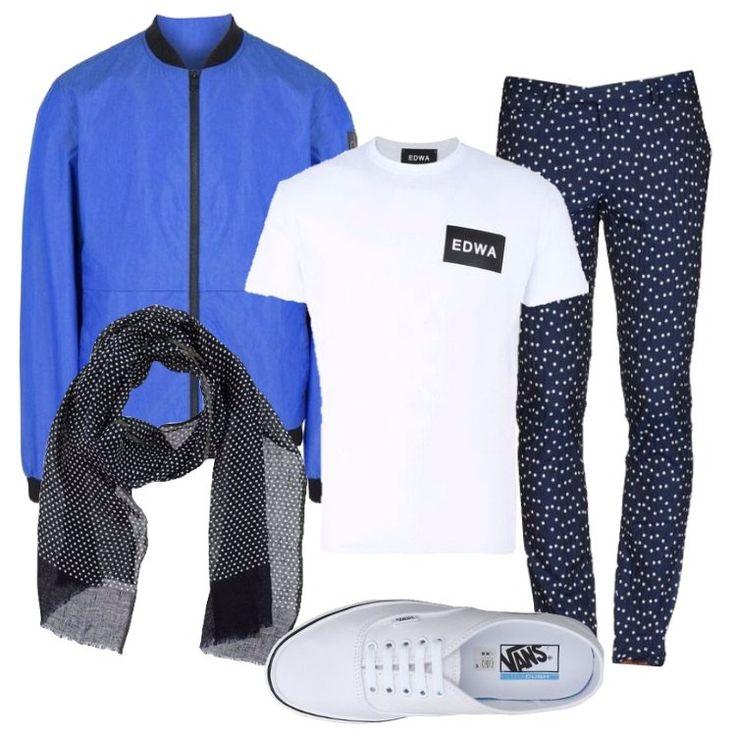 Un outfit primaverile, adatto a tutti i giorni, pratico ed originale: pantalone chino blu, a pois, vita bassa, regular fit, gamba a cono, abbinato a t-shirt bianca, scollo tondo, manica corta, stampa in contrasto. bomber bluette, tela, effetto cangiante, logo, collo tondo, monopetto, zip, multitasche, maniche lunghe, polsini in maglia, sciarpa in lino a pois blu scuro, sneaker bianca, profili in contrasto, punta tonda lacci, logo.
