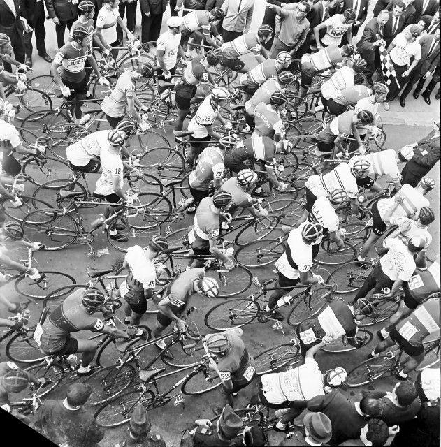 Salida de la Vuelta Colombia en bicicleta / Daniel Rodríguez / 1958 / Colección Museo de Bogotá: MdB 16880 / Todos los derechos reservados