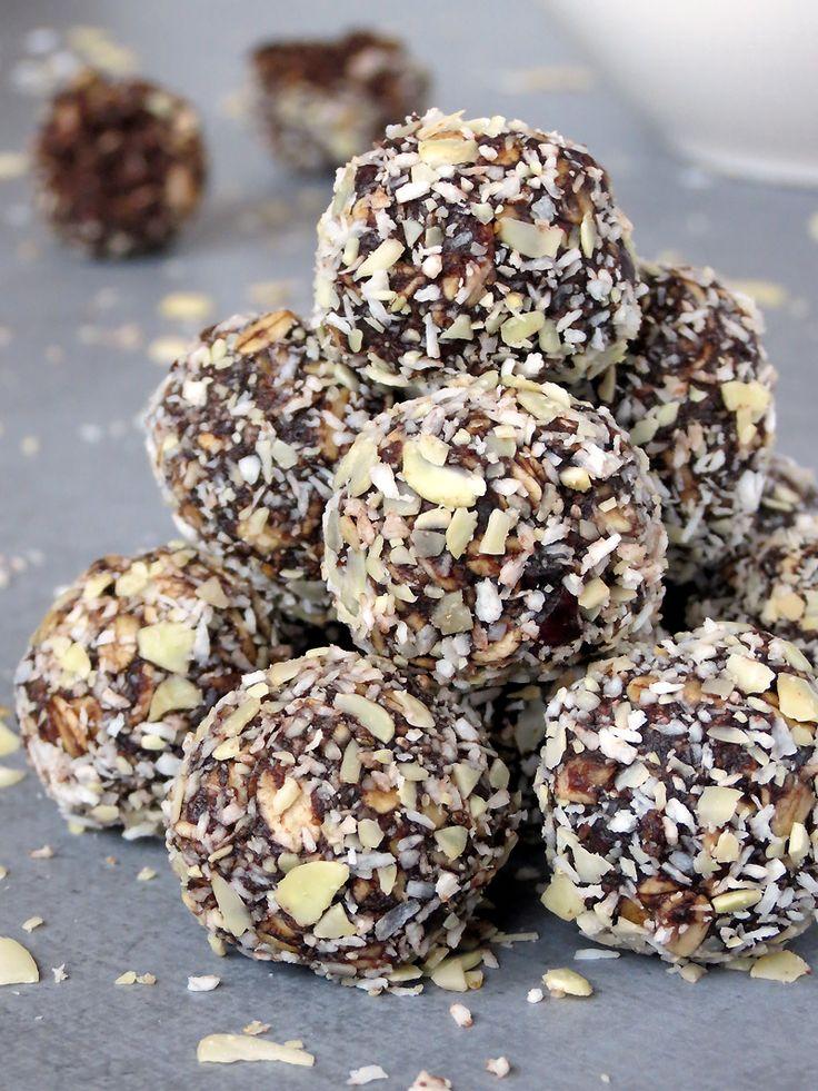 Healthy No-Bake Peanut Butter Chocolate Energy Bites   yummyaddiction.com   #snack #healthy #breakfast #chocolate