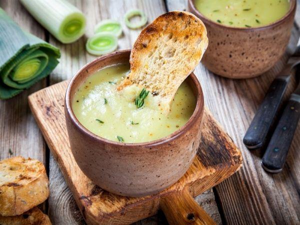 La zuppa di porri con pane fatto in casa: la ricetta della calda zuppa invernale a base di porri, pomodori e pane
