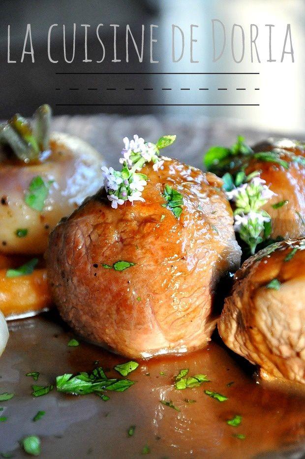 Une viande parfumée et délicieuse... Ingrédients pour 4 personnes 12 sot-l'y-laisse de dinde 12 carottes fanes 8 navets fanes 2 gousses d'ail 2 branches de thym 1 feuille de laurier 5 cl de vinaigre balsamique 25 cl de bouillon de volaille Huile d'olive...