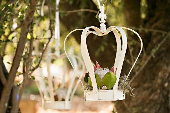 wedding-decor-crowns-trendy-settings