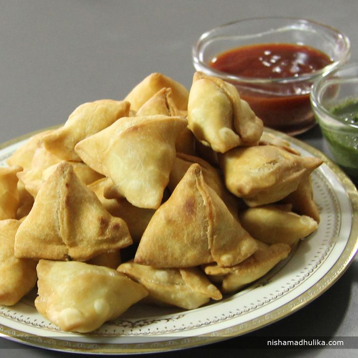 Mini samosas are tangy, scrumptious and most relished  snack to serve during supper with hot beverages.  Recipe in English- http://indiangoodfood.com/79-mini-samosa-recipe.html (copy and paste link into browser)  Recipe in Hindi- http://nishamadhulika.com/1277-potato-stuffed-mini-samosa.html (copy and paste link into browser)