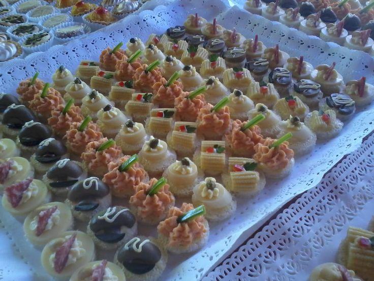 CANAPÉS                                                         • Palmito Alcaparra    • Champiñón, Aceituna    • Mousse de Ave Pimentón    • Choclito Oriental    • Queso, Salame y Maní