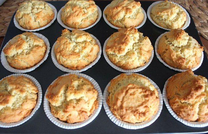 Schritt 1: Muffins backen - Krümelmonster-Muffins: einfaches Rezept - Als erstes werden die Muffins gebacken. Dafür könnt ihr euer Lieblingsrezept nehmen oder dieses Grundrezept: Zutaten für 12 Muffins: - 240 g Mehl - 1 TL Backpulver...