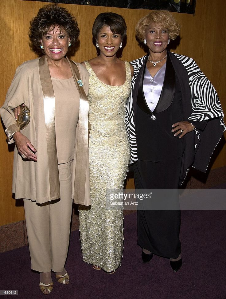 actresses-barbara-mcnair-iona-morris-and-janette-dubois-arrive-at-the-picture-id680642 (774×1024)