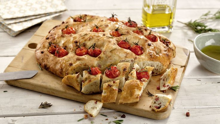 Ein tolles Apéro! Feine, luftige Focaccia, bestückt mit Salami-Würfelchen. Den Focaccia-Teig selber zubereiten, ist gar nicht schwierig und braucht gar nicht viele Handgriffe.